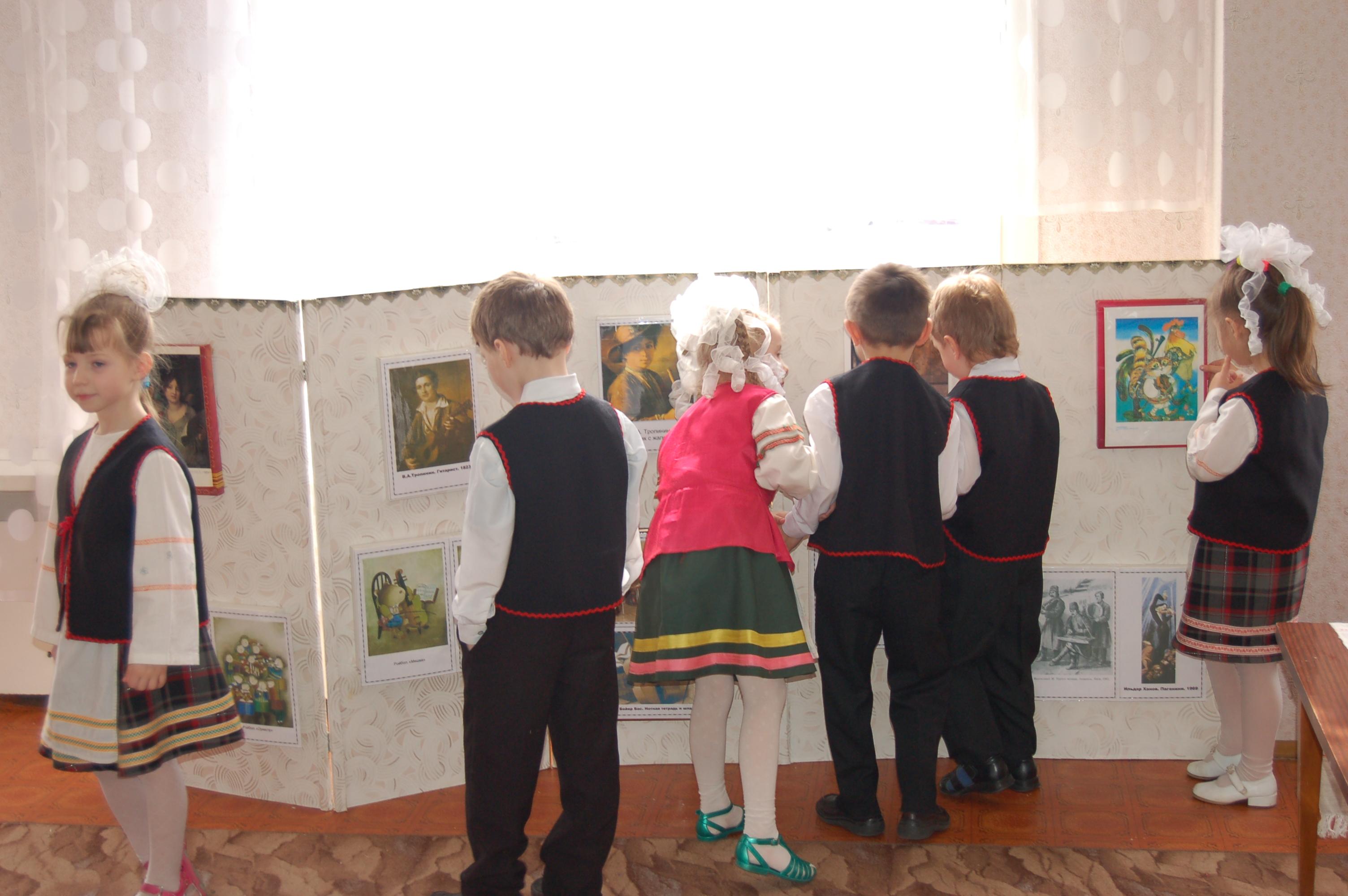 На выставке картин о муз. инструментах