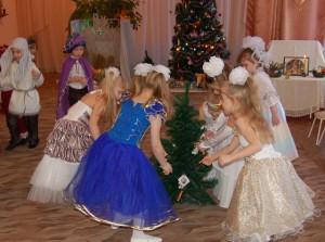 Улыбки, песни, танец яркий, И на елке для детей Развешены подарки!
