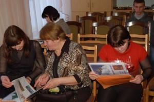 Родители знакомятся с рабочей тетрадью (работами детей и краткими сведениями для родителей)