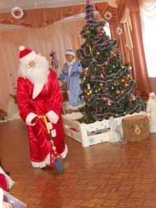 Дед Мороз выкатывает на самокате