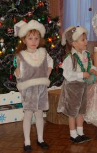 А где ж мои братишки, Веселые зайчишки?! Торопитесь-ка сюда Нам к Снегурочке пора.