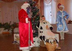 Дед Мороз  - Я - Дед Мороз. А хорошо ли ты, девица, доехала, до нас добралась? Ленивица - Да ты что, старый? Не видишь, замерзла! Кабы не подарки, не приехала бы сюда.