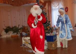 Дед Мороз - Все сугробы разметём, И подарки мы найдём.