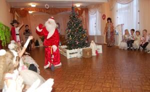 Дед Мороз - Это кто это там старенький? Вон молодежь за  мной не поспевает!
