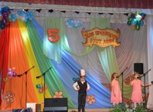 Оля - Привет из сказки «Цветик-семицветик»! Привет из фестиваля прошлогоднего! Яло - Узнали, что у вас тут- Юбилей! И поздравляем от души его!