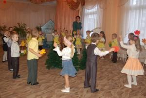 В руках листочки у ребят.  Встречает Осень детский сад.