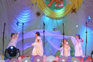 """Прекрасный вечер! Вечер чудес! Кажется, ангел спустился с небес, Чтобы почтить нас своим вниманием! Мы встретим сердечно их, с обожанием! На сцене - последний выпуск детского сада с танцем """"Ангел летит"""""""