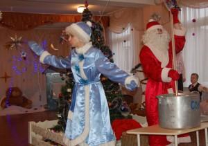 В котле нам надо всё смешать, Волшебные слова сказать:  «Снег, снег, снег! Лёд, лёд, лёд! Чудеса под Новый год! Снеженика, помоги! Всё в подарки преврати!»