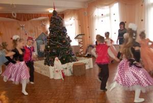 Чтоб у всех горели глазки, И никто не вешал нос, Начинать скорее пляски Приказал нам Дед Мороз!