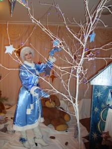 В домике из льдинок Снегурочка живёт. Скрипнул снег чуть слышно…Тсс-с! Сюда идёт.