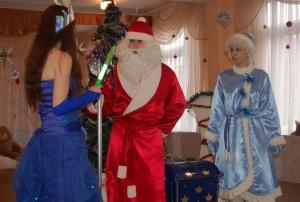 Снегурочка - Дедушка Мороз! Не отдавай снеженику! Снежная Королева никогда не станет доброй: она злая и жестокая. Снежная Королева -  Ах так! Я вам жестоко отомщу! И в снег подарки превращу!