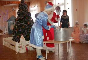 Дед Мороз - Несите мне большой котёл, Поставьте вот сюда, на стол. Соль, сахар и ведро воды, Немного снега, мишуры.