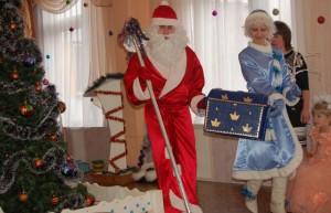 Снегурочка - Дедушка! Пора подарки раздавать, пока снова  к нам на праздник  кто-нибудь не пожаловал.