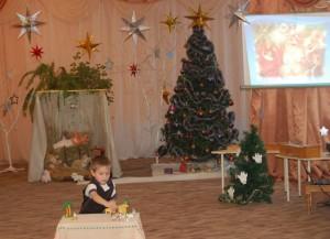 Ясли, — так мечтал один ребенок, — Можно склеить из цветных картонок, Сделать из бумаги золотой Пастухов с рождественской звездой. Ослик, вол — какая красота! — Встанут рядом с яслями Христа.