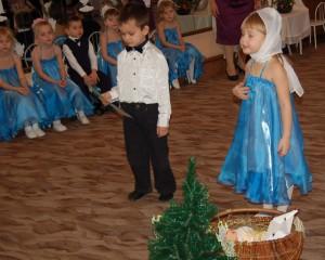 А внизу: корзинка с сеном И звезда из желтых бус. Я - Мария, брат - Иосиф, Кукла - маленький Иисус.