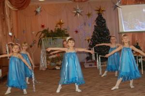 Чудесные мотивы, Звучат на Рождество. Снежинки так игриво, Нам дарят волшебство.