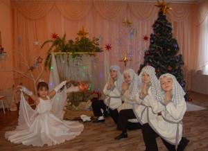 Поздравляем с Рождеством, Ведь Христос родился, Нынче счастьем каждый дом Ярко засветился!