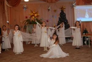 Ведущий - Зажглась звезда, Христос родился И мир любовью озарился!