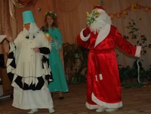 Дед Мороз – Бабе Снежной тот цветочек Я хотел бы подарить, С праздником ее поздравить, За службу поблагодарить.