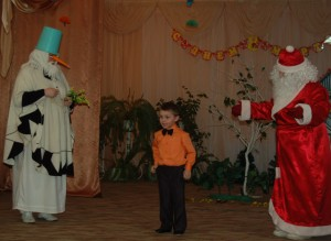 Ребенок  – Бедный Дедушка Мороз! Миленький, родимый, Спрячься, Дедушка Мороз, В нашем холодильнике! Праздник кончим и потом Вас на Север отошлем.