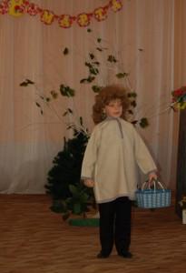 Кузя - Я малютка Домовой, пригласи меня домой –  Я порядок наведу, не пущу я в дом беду,  С праздником я поздравляю бабушек, девчонок, мам!  Пусть же солнышко в окошко каждый день стучится к вам.  А в качестве подарка примите от меня  Красивые платочки в честь праздничного дня.