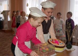 Маму поздравляем! Ей пирог вручаем!