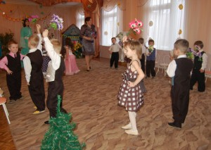 Колокольчики, ромашки, васильки и клевер-кашка. Разбежались по полянке и танцуют танец яркий.
