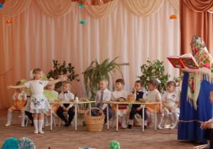В день Пасхальный, в воскресенье Был у Мухи день рожденья. Наша Муха-Цокотуха, Позолоченное брюхо, Позвала к себе гостей Самых разных волостей.
