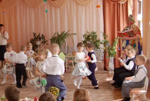"Музыканты ""брынь"" да ""бом"", Закружился в танце дом!"