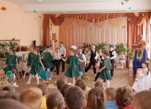 Лягушата прискакали, Танец весело сплясали.