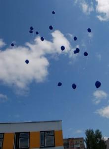 Высоко взлетают шарики - до звезд, Будто дождь из радуги или капли грёз.