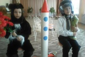 Командир:  Лезь в ракету, пассажир! Медвежонок: Не сердись. Командир... Командир: Всем готовиться к отлету! Космонавты: (хором) Есть, готовиться к отлету!