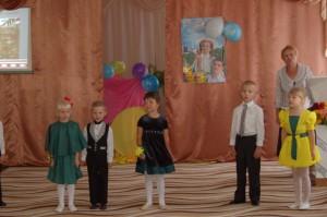 И у нас в саду сегодня Славный праздник у ребят. Все торопятся  поздравить –  Все вместе - С днём знаний, славный детский сад!