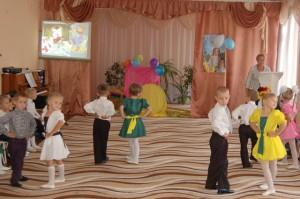 Учат нас читать стихотворенья, Мы танцуем и поем на удивленье!