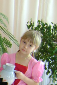 Осень в гости к нам пришла, с собою сказку принесла. Сейчас мы вам расскажем историю одну, Про девочку про Олюшку – помощницу в саду.
