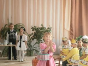 Оля весело бежит, скачет по дорожке, А для этого нужны нашей Оле… Зрители – Ножки! Оля ягодки берет по две, по три штучки, А для этого нужны нашей Оле Зрители – Ручки!