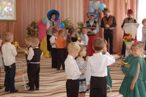 Баба Яга  - Да здорова я, здорова! Вы мне лучше скажите: куда это вы меня завезли? Петрушка – Мы на празднике, в детском саду! Барбос  - Привезли ребятам мы Музыкальные подарки, Чтобы праздник был веселым!