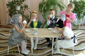 Каждым утром за столом Молоко мы дружно пьем.