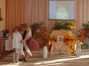 Ведущий 1 - Жила-была бабушка, звали ее Глаша И была у нее любимая внучка – Маша. Подарила ей бабушка на именины Шарф-покров белый, красивый.