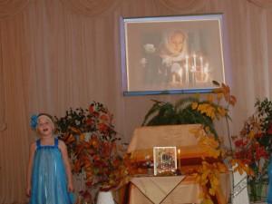 Как чудесно нынче в храме- Пахнет ладаном, цветами, Все стоят и молятся- Просят Богородицу: «От скорбей и бед укрой- Омофором нас покрой!»