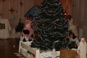 Нужно нам запутать след… Смелых Мишек усыпить, А часики - утащить. Гости елку не найдут И на праздник не придут. Дрему-сон мы выпускаем И под елкой оставляем.