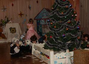 Дрему-сон мы выпускаем И под елкой оставляем.
