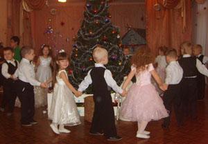 Мы водим возле елочки Веселый хоровод, И вместе с нами елочка Встречает Новый Год!