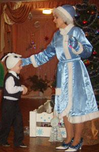 Снегурочка – Вокруг елочки бежала, Колокольчик отыскала. Колокольчик мой звенит, Значит, кто-то к нам спешит. Это зайка прискакал, Свою шубку поменял.