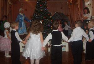 Всем ребятам маленьким Стало веселей, И запели песенку Елочке своей.