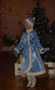 Снегурочка -  Здравствуйте,  дорогие  друзья, Пришла сегодня  в  гости На  праздник  в этот  час Позвольте  с  Новым годом,   Друзья,  поздравить  вас!!!