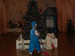 Быстро,  весело  метите,  Деда  Мороза  отыщите.