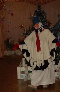 Шишка – нос, глаза – две льдинки, Губы - ягоды рябинки, Чуб – солома, руки - ветки, Снеговик пришёл к нам, детки.