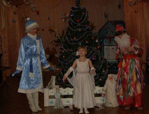Он в нарядной теплой шубе,  С длинной белой бородой,  В Новый год приходит в гости,  И румяный, и седой.