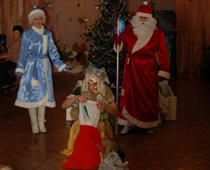 Б. Яга - Не хотим таких подарков!  Дед Мороз – Что заслужили – то и получили. Кто нечестными руками моего мешка касается,  У того из подарков тряпьё да обноски получаются.